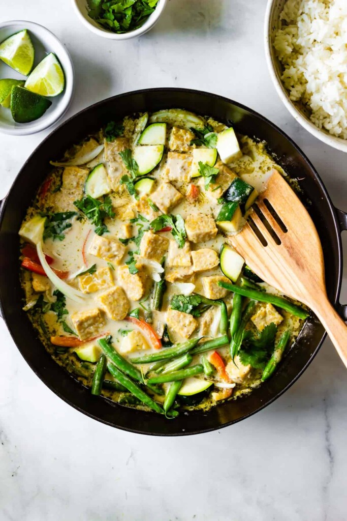 Tempeh and vegetables with green curry.